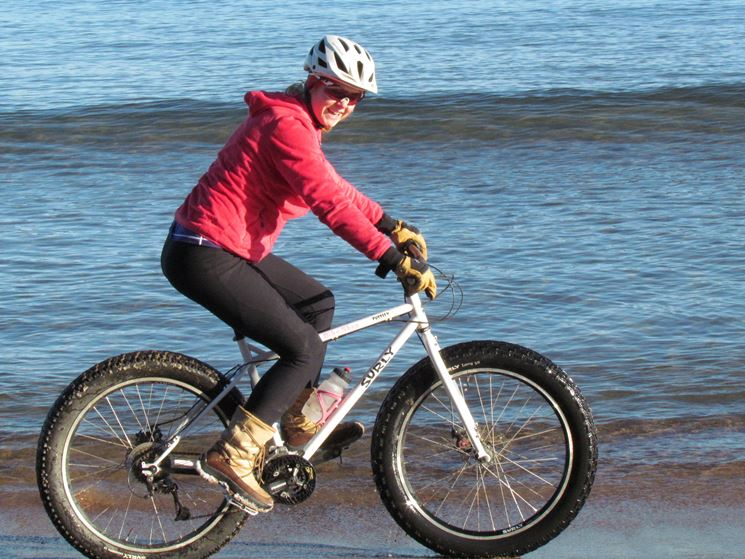 Atleta donna in mountain bike